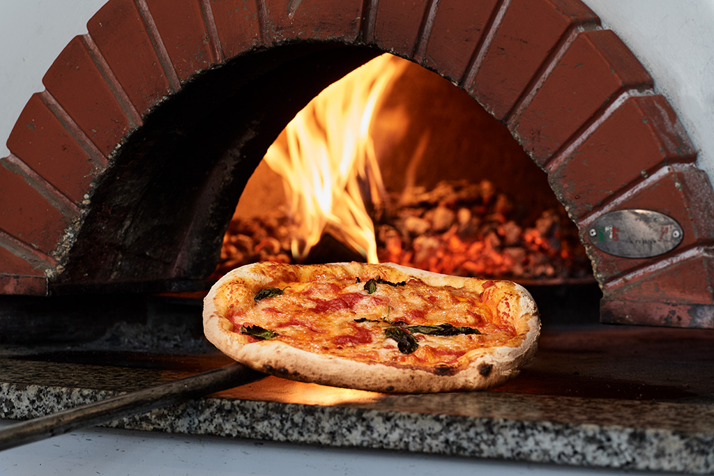 Original Pizza aus dem Holzbackofen